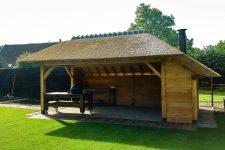 Den Hartog riet - Tuinkamer met rieten dak en buitenhaard