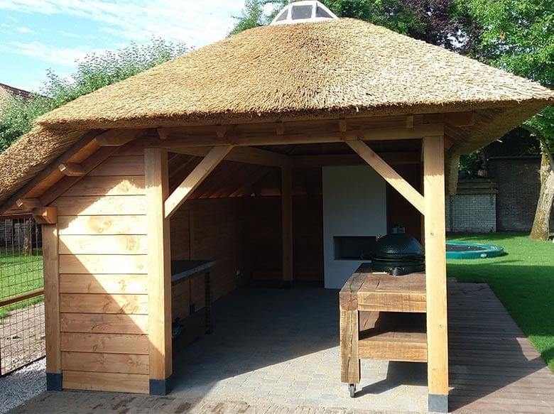 Tuinkamer met rieten dak en buitenhaard
