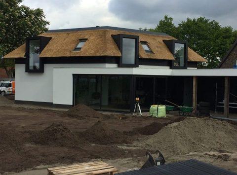 Den Hartog riet - Moderne zwart-wit Villa met riet