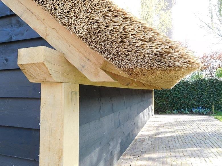 Carport met rieten dak